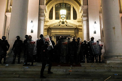 Cербы пошли на штурм парламента из-за карантинных мер