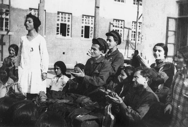 Комсомольцы приветствуют азербайджанских женщин, снявших чадру. Азербайджанская ССР. 1926 год