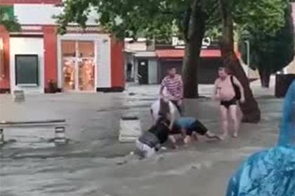 Затопленный после ливня российский курортный город показали на видео