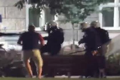 Побитые полицией сербы вернулись на лавочку допить пиво и попали на видео