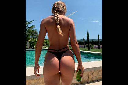 Модель популярного бренда снялась топлес у бассейна и порадовала подписчиков