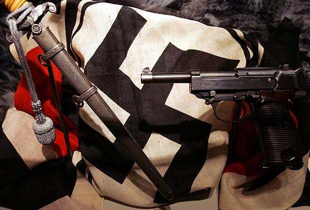 Нацистский флаг и немецкое оружие того времени