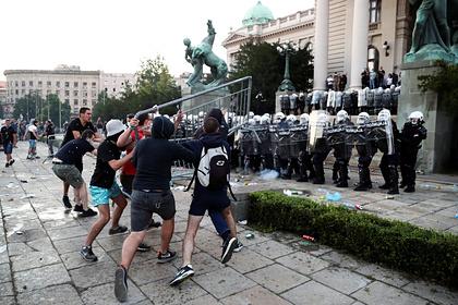 Лидеру оппозиционеров в Сербии разбили голову