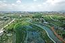 """Лучшим общественным пространством признали <a href=""""http://landezine-award.com/phase-shifts-park/"""" target=""""_blank"""">Центральный парк</a> (Phase Shifts Park) в тайваньском городе Тайчжун. Авторы проекта из mosbach paysagistes хотели, чтобы парк отражал особенности местного климата. В регионе он жаркий и влажный, но уравновешивается потоками свежего воздуха с горного хребта. Поэтому в парке чередуются равнины и возвышенности."""
