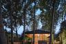 Команда gad · line+ studio хотела, чтобы гостиничный комплекс выглядел как «естественная эволюция сельского ландшафта». Для этого пригласили мастеров, владеющих местными ремеслами, а также высадили множество деревьев, растущих в горах, чтобы восстановить экосистему.