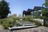"""Создателем этого <a href=""""http://landezine-award.com/anticipating-the-landscape/"""" target=""""_blank"""">сада</a> неподалеку от города Шорл (Нидерланды) выступил архитектор Эндрю Ван Эгмонд (Andrew van Egmond). Особенностью проекта является плавный переход от песчаной почвы на том месте, где стоит дом, к торфяным лугам в низине."""