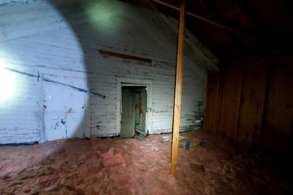 Мужчина нашел на своем чердаке потайной дом и напугал людей