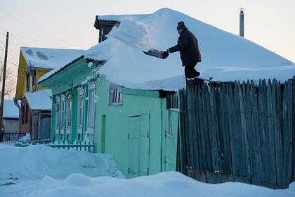 Жителей российского города заставили платить за уборку снега летом