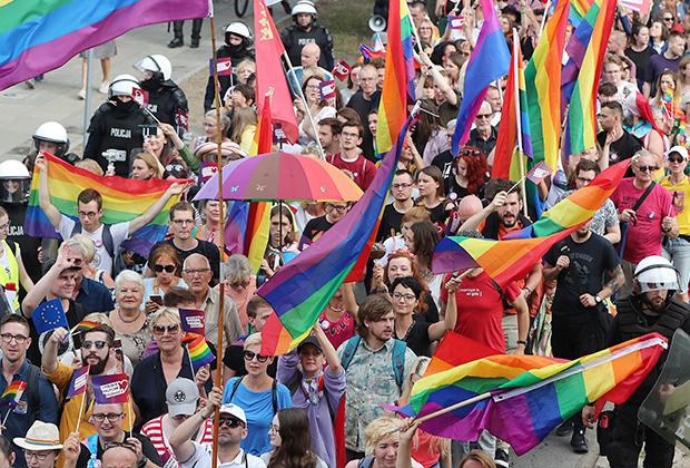 ЛГБТ-активисты на параде в городе Плоцке в 2019 году