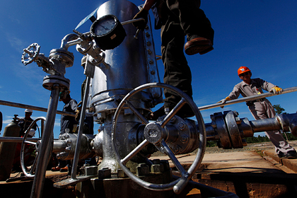 Мировые поставки нефти рекордно упали