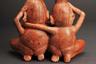 Перуанский Музей Ларко ворвался в тред, сохранив интригу: он выложил фигурку пары, пояснив, что попы — далеко не самое вызывающее в этом экспонате, поскольку настоящее зрелище не для несовершеннолетних находится спереди. Поиск в Google подтверждает, что спереди фигурка действительно выглядит не менее смело, чем сзади, а гениталии на ней изображены так же натуралистично, как и ягодицы. Впрочем, ничего удивительно в этом нет — представленный Музеем Ларко экземпляр является примером керамики индейцев культуры моче, для которых изображение секса, порой совсем нетрадиционного, было делом вполне привычным. К эротической тематике отсылают как минимум 500 сохранившихся до наших дней изделий моче.