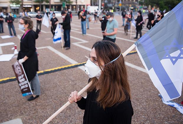 Протестующие против премьер-министра Израиля Биньямина Нетаньяху соблюдают социальную дистанцию