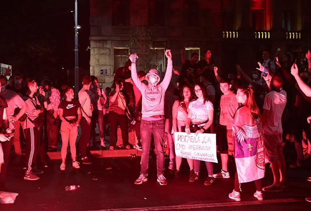Протестующие из-за карантинных мер у здания парламента в Белграде