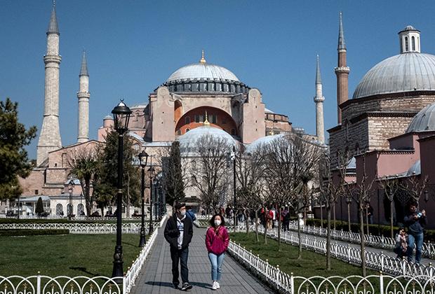 Туристы возле Собора Святой Софии в марте 2020-го