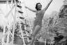 В середине 50-х девушки внезапно переключили свой интерес с дерзкого бикини на более женственный силуэт. Тогда тон в моде задавал Кристиан Диор, который сделал из фигуры «песочные часы» настоящий культ и фактически эталон красоты. <br> <br> Чтобы вписаться в новые рамки, женщины принялись вшивать в купальники корсет. А чтобы костюм максимально облегал тело, американцы разработали латекс — тянущийся и наиболее подходящий для плавания материал.  <br> <br> Загар для модниц по-прежнему оставался важным, но получить его представлялось возможным только в крошечном бикини. Спрос на этот купальник подогрели и мировые секс-символы, которые вовсю щеголяли в нем на побережье в Каннах.