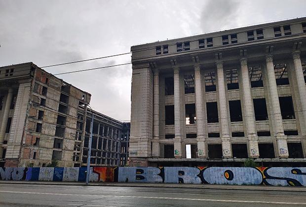 Колоссальный недострой времен Чаушеску — музей коммунизма. Лучшей аллегории не придумаешь: его строили, не смогли завершить, теперь он стоит мертвым грузом, и никто не знает, что с ним делать, — у города нет средств ни достроить его, ни снести