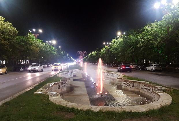 Бульвар у Дворца Парламента заканчивается недавно модернизированным поющим фонтаном колоссальных размеров