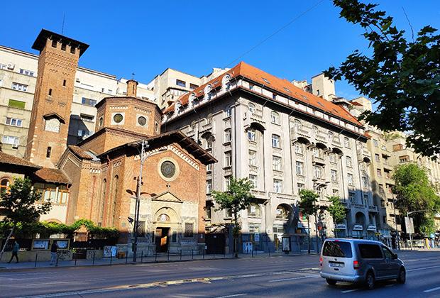Бухарест. Итальянская церковь в стиле Ренессанса, правее— неороманское здание, еще правее— дом в стиле ар-деко на фоне модернистского жилого массива. Все эти здания построены в докоммунистический период