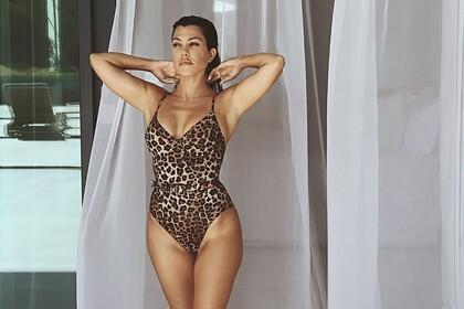 Сестра Кардашьян поделилась фото в бикини собственной марки и восхитила фанатов