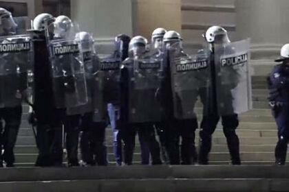 Появились кадры разгона протестующих в Сербии