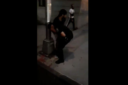 Протестующий применил удушающий прием к полицейскому в Нью-Йорке