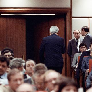 Борис Ельцин покидает зал дворца съездов после заявления о выходе из КПСС, 12 июля 1990 года