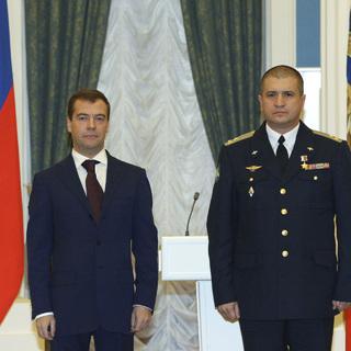 Президент Дмитрий Медведев награждает полковника Сергея Кобылаша, декабрь 2008 года