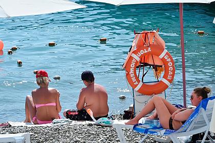 Забитые до отказа пляжи в Сочи попали на видео