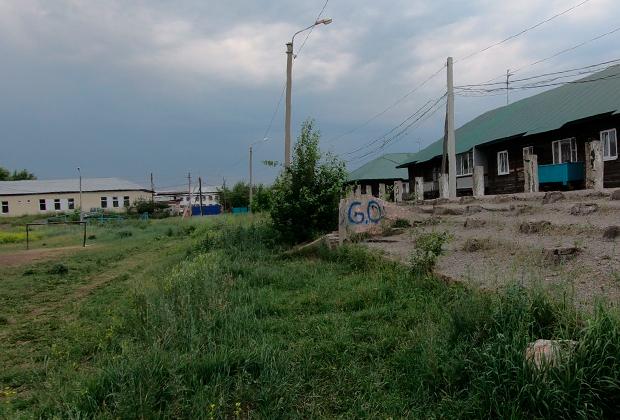 Стадион в поселке Стекольный города Тулуна. Здесь в подтрибунных пространствах жертвами маньяка стали три девушки
