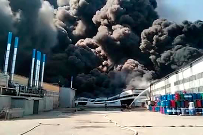 Густой черный дым от пожара на российском складе попал на видео