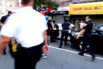 Стрельба в темнокожего из электрошокера полицейским в США попала на видео