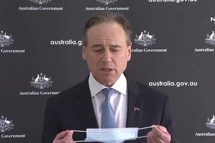 Министр здравоохранения надел маску на лицо за несколько попыток и оконфузился