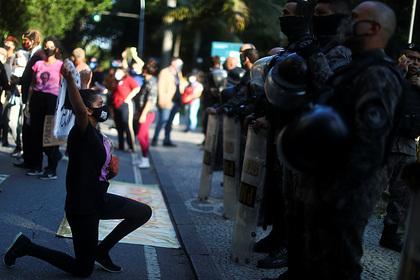 Полицейский наступил на шею чернокожей женщины в Бразилии
