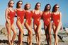 Тренд на стройность и атлетизм перекочевал и в 90-е. Настоящей сенсацией в мире пляжной моды стал выход сериала «Спасатели Малибу» с Памелой Андерсон. Женщины, мечтающие быть похожими на сильных и подтянутых героинь сериала, атаковали спортивные площадки и пляжные бутики. Спросом пользовались закрытые купальники с высокими вырезами на бедрах, однако они стали более спортивными — в отделке добавились пластиковые молнии, шнуровка и другие элементы.  <br> <br> Купальники спасательниц Малибу остаются актуальными и сегодня — в эпоху возвращения трендов конца прошлого века.