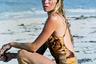 В 80-х годах в моду вошло атлетичное телосложение: у женщин появилось новое увлечение — аэробика. Активно пропагандировать здоровый образ жизни и давать собственные уроки стали мировые звезды, в том числе Джейн Фонда, Синди Кроуфорд, Сьюзан Сомерс, Хизер Локлир и Шер.  <br> <br> Тренировки требовали от одежды максимального комфорта: фасон купальников теперь максимально открывал бедра, прорези порой доходили до талии. В то же время все ярче становилась их расцветка: в моду вошли неон и анималистичный принт.