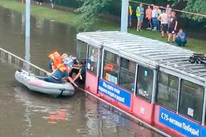 Застрявшим в трамвае из-за потопа россиянам пришлось выбираться из лужи на лодке