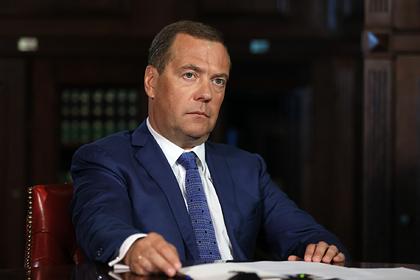 Медведев допустил третью волну коронавируса