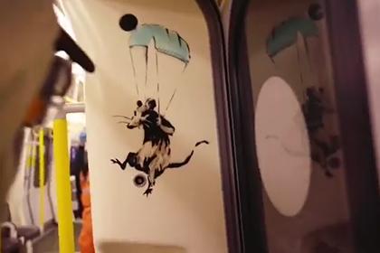 Бэнкси нарисовал в метро граффити про коронавирус