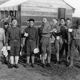 1918 год. Военный лагерь в США. Перед отправкой в Европу американские солдаты полощут горло раствором соли с содой в качестве профилактики гриппа