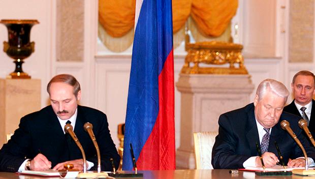 Подписание Договора о Союзном государстве, 8 декабря 1999 года. На втором плане — председатель правительства России Владимир Путин