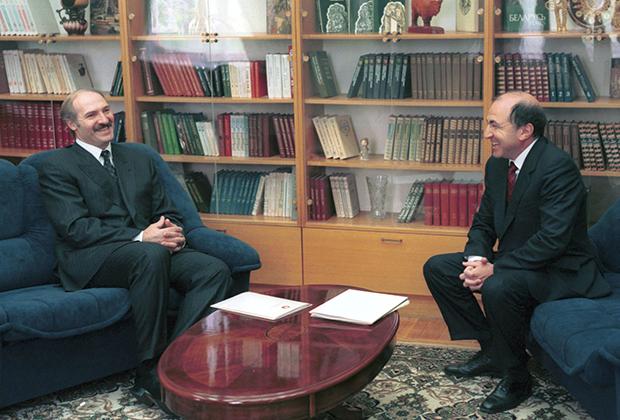 Президент Белоруссии Александр Лукашенко и исполнительный секретарь СНГ Борис Березовский, 1998 год