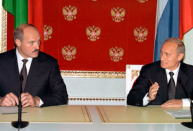 Президент России Владимир Путин и президент Белоруссии Александр Лукашенко на пресс-конференции в Кремле по итогам переговоров, август 2002 года