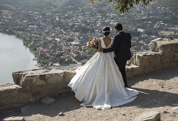 Жених и невеста любуются видом. Мцхета, Грузия, 2017 год