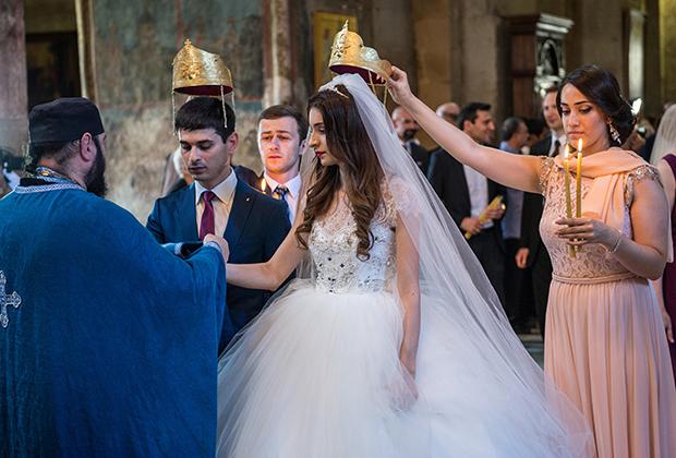 Венчание новобрачных в храме грузинской православной церкви Светицховели. Мцхета, Грузия