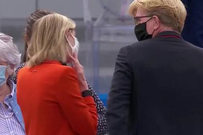 Забывшая маску французский министр в панике побежала за машиной