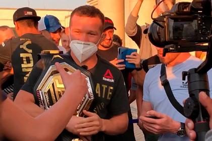 Появилось видео встречи Петра Яна в аэропорту Екатеринбурга
