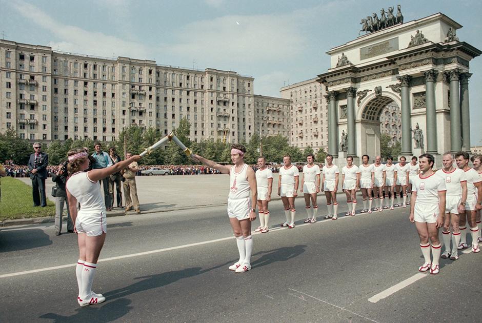 Эстафета олимпийского огня у Триумфальной арки на Кутузовском проспекте столицы, 18 июля 1980 года