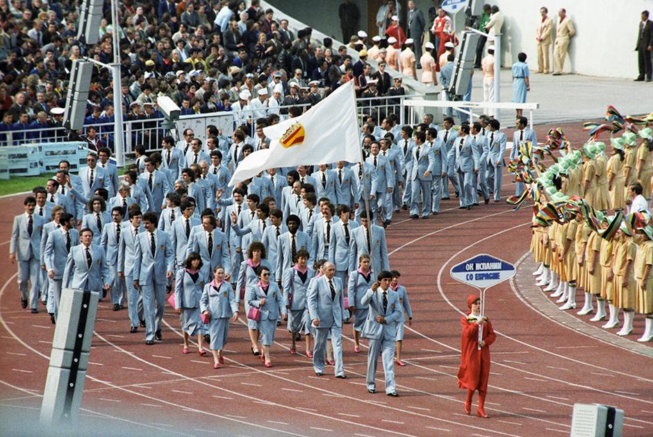 Торжественная церемония открытия. Олимпийская сборная Испании вследствие политической напряженности, возникшей вокруг Олимпиады-80, на параде участников идет под флагом олимпийского комитета страны