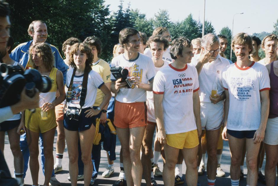 Американские туристы — участники любительского шестикилометрового забега (Олимпийская миля), прошедшего по набережной Москвы-реки во время летних Олимпийских игр