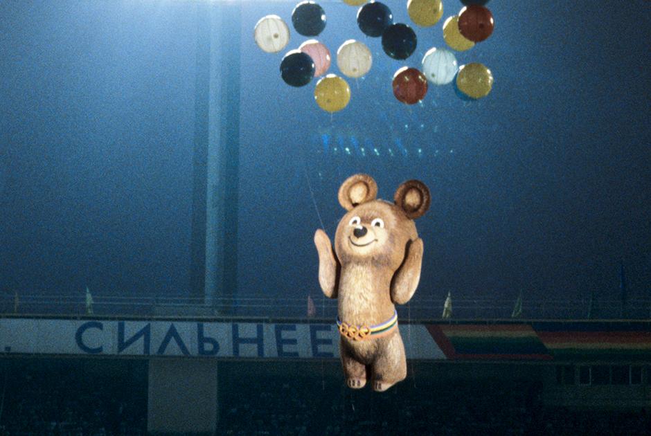 Восьмиметровый Мишка, талисман XXII летних Олимпийских игр, в воздухе во время церемонии закрытия игр